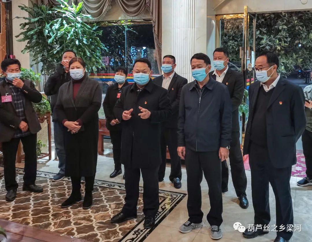 梁河县四班子领导看望人大代表和政协委员